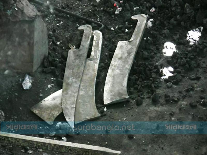 হাঁপর আর লোহা পেটানোর শব্দে মুখর মাগুরার কামারপল্লি