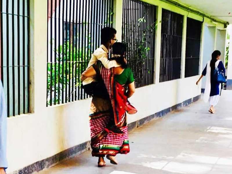 ছেলেকে কোলে করে ভর্তি পরীক্ষা দিতে নিয়ে গেলেন মা, ছবি ভাইরাল
