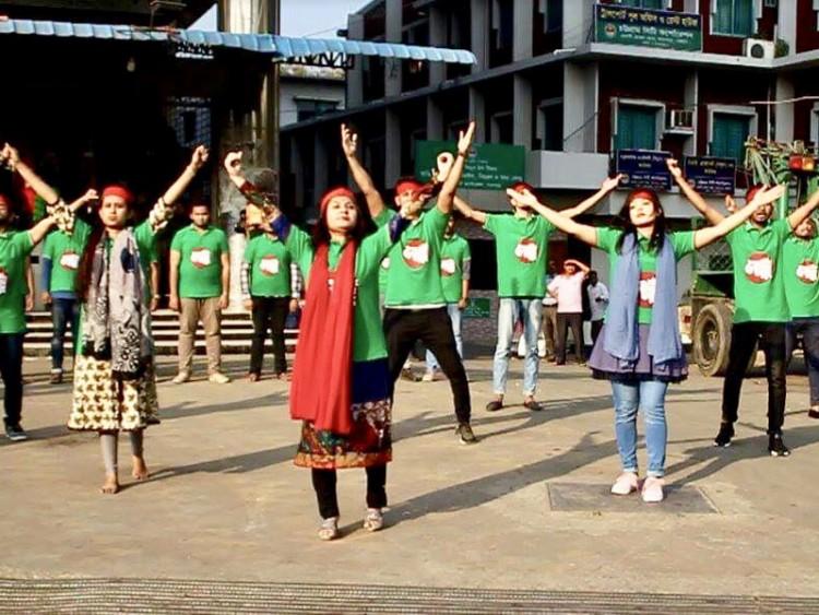 নেচে গেয়ে নৌকায় ভোট চাইলেন বিশ্ববিদ্যালয় শিক্ষার্থীরা