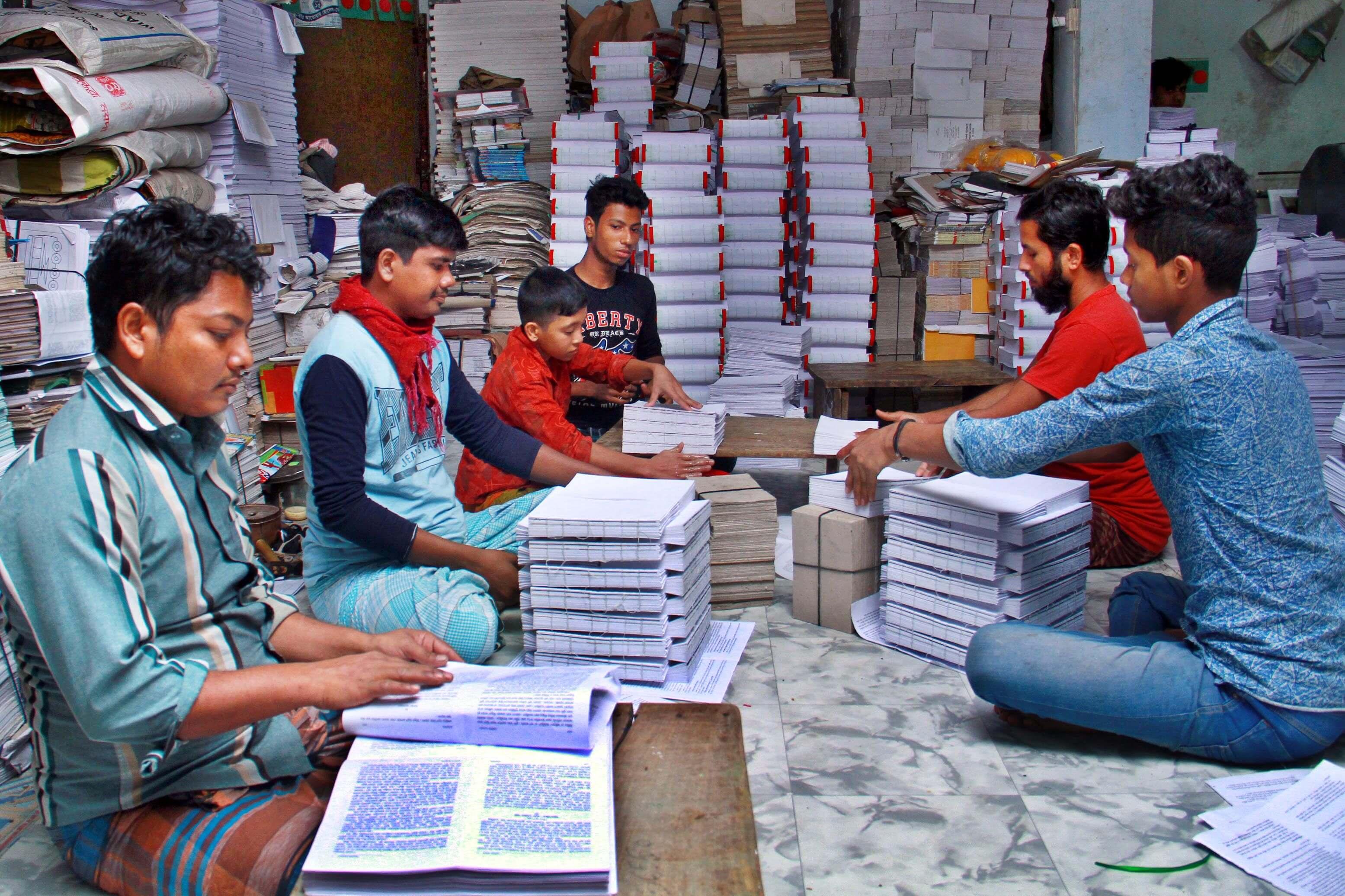 নতুন বইয়ে ব্যস্ত বাংলাবাজার