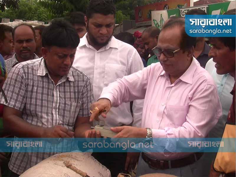 হাটে ঘুরে ধান কিনলেন বীরেন শিকদার এমপি