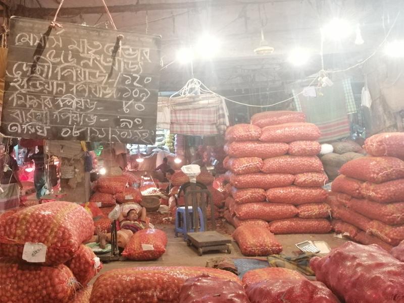 রাজধানীর খুচরা বাজারে পেঁয়াজের কেজি ১৩০ টাকা