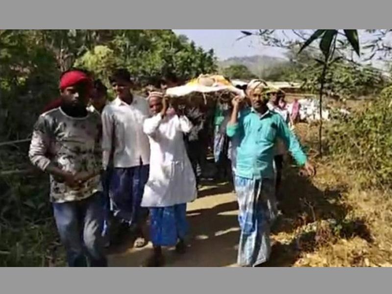 হিন্দু প্রতিবেশীর সৎকারে এগিয়ে এলেন মুসলিমরা