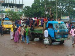 শিল্প-কারখানা খোলার খবরে ট্রাকে ঢাকায় ছুটছে মানুষ