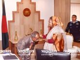 প্রধানমন্ত্রীর আশীর্বাদ নিতে রসিক মেয়রের কদমবুসি