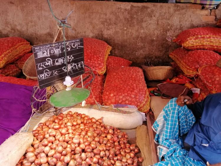 ভারতীয় পেঁয়াজের দাম বাড়ার প্রভাব পড়েছে দেশীয় বাজারে