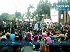 রাবি শিক্ষার্থীকে ছুরিকাঘাত: আটক ৩, অবরোধ চলছে