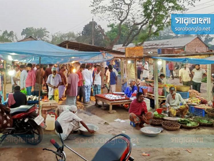 নিষেধ মানছেন না গ্রামবাসী, শেরপুরে বসছে হাট-বাজার