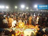 মহামারির ভয় উপেক্ষা করে শহিদ বেদীতে জনতার স্রোত